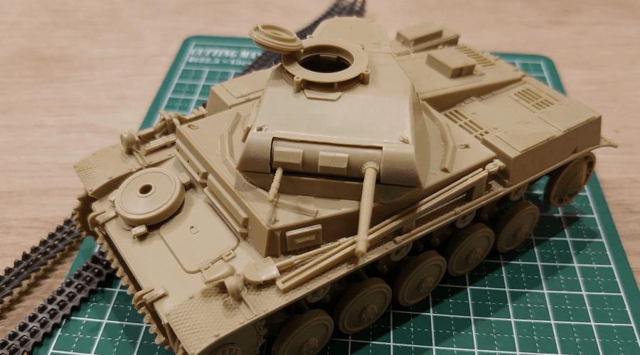 組立中の戦車プラモデル